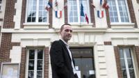 Cyril Nauth, maire FN de Mantes-la-Ville, devant la mairie de la ville, le 31 mars 2014 [Fred Dufour / AFP/Archives]