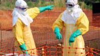 Des médecins en tenues de protection pour s'occuper des cas de fièvre Ebola dans le sud de la Guinée, le 31 mars 2014 [Seyllou / AFP/Archives]