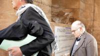 Henri Leclaire arrive au palais de justice de Metz avec son avocat Thomas Hellenbrand, le 1er avril 2014, avant son audition comme témoin dans l'affaire du double meurtre de Montigny-lès-Metz [Jean-Christophe Verhaegen / AFP]