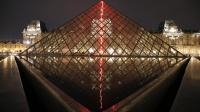 """""""Sous le plus grand chapiteau du monde"""", installation de l'artiste Claude Lévêque sous la pyramide du Louvre, le soir du 2 avril 2014 [François Guillot / AFP]"""