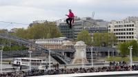 Le funambule Denis Josselin au-dessus de la Seine le 6 avril 2014 [Bertrand Guay / AFP]