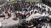 Barricade de manifestants pro-russes devant le bâtiment des services de sécurité régionaux à Donetsk, le 7 avril 2014 [Alexander Khudoteply / AFP]