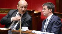 Jean-Yve Le Drian (g), ministre de la Défense, et Manuel Valls (d), Premier ministre, sur les bancs de l'Assemblée nationale juste après le remaniement ministériel, le 8 avril 2014 [Eric Feferberg / AFP/Archives]