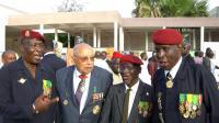 """L'ancien tirailleur sénégalais Claude Mademba Sy (2e gauche) lors de la """"Journée du tirailleur"""" à Dakar, le 23 mai 2008 [Bernard Edinger / AFP/Archives]"""
