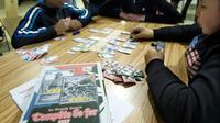 """Des enfants jouent au jeu """"Tempête de fer"""" qu'ils ont créé le 10 avril 2014 à Vénissieux [Philippe Desmazes / AFP]"""