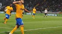 L'attaquant de la Juventus Sebastian Giovinco communie avec les fans après avoir marqué un but contre l'Udinese, le 14 avril 2014 au stade Friuli à Udine [ / AFP]