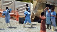 Des personnels médicaux dans un centre d'isolement de personnes infectées par le virus Ebola à Conakry le 14 avril 2014 [Cellou Binani / AFP/Archives]