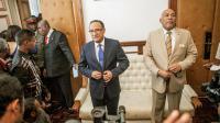 L'ancien Premier ministre malgache Jean Omer Beriziky (d) et le nouveau Roger Kolo (c) le 16 avril 2014 au Palais d'Etat de Mahazoarivo à Antananarivo  [Rijasolo / AFP]