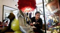 Le bottier Nicolas Maistriaux, directeur de la maison parisienne Clairvoy spécialisée dans le spectacle, qui chausse aussi bien les danseuses de cancan du Moulin Rouge que Kylie Minogue ou des particuliers fortunés, dans son atelier le 22 avril 2014  [Franck Fife / AFP]
