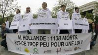 """""""Happening"""" devant Bercy, à Paris, en mémoire des victimes du Rana Plaza, le 24 avril 2014 [Lionel Bonaventure / AFP]"""