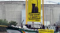 Les antinucléaires de Greenpeace devant la centrale de Fessenheim le 26 avril 2014, dans le Haut-Rhin [Sebastien Bozon / AFP]