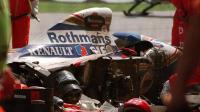 Les sauveteurs autour des restes de la Williams du Brésilien Ayrton Senna après son accident fatal au Grand Prix de Saint-Marin sur le circuit d'Imola le 1er mai 1994  [Jean-Loup Gautreau / AFP]