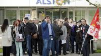 Des salariés d'Alstom devant le site transports le 29 avril 2014 à Saint-Ouen [Lionel Bonaventure / AFP]