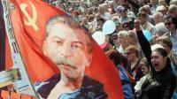 """Portrait de Staline portant un fusil-mitrailleur assorti du slogan """"mort au fascisme"""" brandi durant un rassemblement du """"Bloc russe"""" à Donetsk, dans l'est de l'Ukraine, le 1er mai 2014 [Sergei Supinsky / AFP]"""