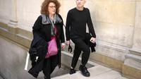 Steven Cohen, accompagné de son avocate, à son arrivée au tribunal le 5 mai 2014 à Paris [Martin Bureau / AFP]