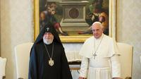 Le pape François (d) reçoit le patriarche des Arméniens Karékine II au Vatican le 8 mai 2014 [Osservatore romano / AFP]