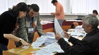 Des membres d'une commission électorale préparent les bulletins de vote pour le referendum du 11 mai dans l'est de l'Ukraine, le 8 mai 2014 à Donetsk [Genya Savilov / AFP]