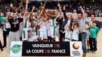L'équipe de Nanterre, vainqueur de la Coupe de France pose autour de son trophée, remportée face à Nancy,  le 11 mai 2014 au stade Coubertin à Paris [ / AFP/Archives]