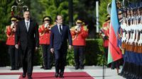 Le président français François Hollande (d) et son homologue azéri Ilham Aliev à Bakou, en Azerbaïdjan, le 12 mai 2014 [Stephane de Sakutin / AFP]