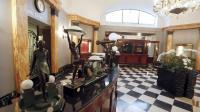 Des pièces de mobilier du mythique hôtel parisien, Le Lutetia, sont présentées au public le 12 mai 2014 avant leur vente aux enchères [François Guillot / AFP/Archives]