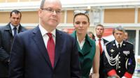 """La princesse Charlene de Monaco (d) et le Prince Albert II (g) lors de leur visite d'Etat dans le Cantal et le """"comté de Carlades"""", territoire qui fut jadis monegasque, le 14 mai 2014   [Geraldine Caulus / AFP]"""