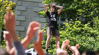 """Un lycéen porte une jupe face à des manifestants de """"La Manif pour tous"""" à Nantes, le 15 mai 2014 [Jean-Sebastien Evrard / AFP]"""