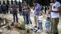 Des gens se recueillent sur les tombes de victimes de l'accident minier de Soma le 16 mai 2014 [Bulent Kilic / AFP]
