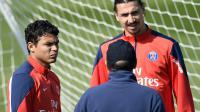 Les joueurs du PSG Thiago Silva et Zlatan Ibrahimovic discutent avec l'entraîneur adjoint Jean-Louis Gasset, le 16 mai 2014 au Camp des Loges [Franck Fife / AFP]
