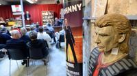 Vente aux enchères de la collection d'un fan de Johnny Hallyday à Bordeaux, le 17 mai 2014 [Mehdi Fedouach / AFP]
