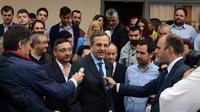 Image du bureau obtenue par l'AFP service de presse du Premier ministre grec Antonis Samaras, photographié après avoir voté aux élections locales à Pylos le 18 mai 2014 [ / AFP]