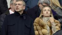 Le président de l'AS Monaco Dmitry Rybolovlev (g) assiste au match de Ligue 1 entre son équipe et Saint-Etienne, le 1er mars 2014 au stade Geoffroy-Guichard [ / AFP/Archives]