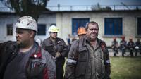 Des ouvriers de la siderurgie participant à un rassemblement à Mariupol le 20 mai 2014 à l'appel de l'oligarque Rinat Akhmetov, l'homme le plus riche d'Ukraine qui a appelé mardi ses ouvriers à manifester contre les séparatistes pro-russes [Dimitar Dilkoff / AFP]