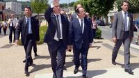 Le maire Bernard Combes (g) et le président de la République François Hollande (c) le 9 juin 2014 à Tulle [Jean-Pierre Muller / AFP]