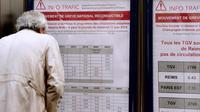 Un usager de la SNCF cherche des informations à la veille de la grève nationale, le 10 juin 2014 à la gare de l'Est [Pierre Andrieu / AFP]