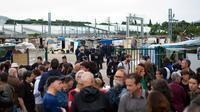 Des militants réunis devant le camp de Roms en cours de démantèlement à Marseille, le 18 juin 2014 [Betrand Langlois  / AFP]
