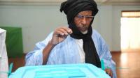 Un électeur mauritanien dépose son bulletin dans l'urne d'un bureau de vote à Nouakchott, le 21 juin 2014 [Seyllou / AFP]