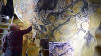 Le 12 juin 2014, dans son atelier de Toulouse, l'artiste et chercheur Gilles Tosello travaille à la reproduction grandeur nature des fresques de la Grotte Chauvet dans l'Ardèche [Eric Cabanis / AFP]