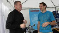 L'ancien et l'actuel recordman du monde de la perche, Serguei Bubka (g) et Renaud Lavillenie (d), réunis à Paris avant un meeting d'exhibition, le 27 juin 2014 [Thomas Samson / AFP]