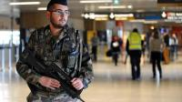 Photo d'archives montrant un soldat en patrouille dans l'aéroport de Toulouse Blagnac le 23 mai 2013 lors d'un renforcement du plan de sécurité Vigipirate [Remy Gabalda / AFP/Archives]