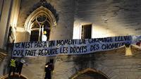 Banderole contre la réforme du régime d'assurance chômage des intermittents du spectacle sur la façade du Palais des Papes à Avignon, le 4 juillet 2014 [Boris Horvat / AFP/Archives]