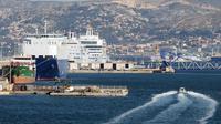 Le port de Marseille enregistre le 8 juillet 2014 une forte baisse de son activité en raison d'une grève de plus de deux semaines de la SNCM [Boris Horvat / AFP]