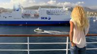 """Une femme contemple le ferry de la SNCM """"Paglia Orba"""" depuis un bateau de Corsica Ferries, le 10 juillet 2014  dans le port d'Ajaccio  [Pascal Pochard-Casabianca  / AFP/Archives]"""