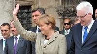 La chancelière allemande Angela Merkel aux côtés du président de Slovénie Borut Pahor (3e g) et du président Ivo Josipovic (d) à Dubrovnik, le 15 juillet 2014 [Elvis Barukcic / AFP]