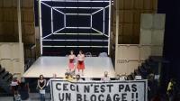 """Des intermittents tiennent une banderole """"Ce n'est pas un blocage!"""" au cours de la représentation de la pièce de théâtre """"Orlando ou l'impatience"""" au Festival d'Avignon le 16 juillet 2014 [Boris Horvat / AFP/Archives]"""