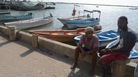 Le 18 juin 2014, des guides touristiques désoeuvrés à Lamu, au sud-est du Kenya  [Simon Maina  / AFP/Archives]
