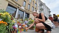 Une femme allume une bougie devant l'ambassade des Pays-Bas à Kiev, le 18 juillet 2014 [Sergei Supinsky / AFP]
