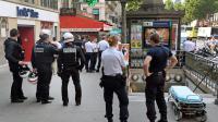 Des officiers de police devant la station de métro Grands Boulevards à Paris, où le suspect d'un braquage raté en fuite s'est engouffré le 19 juillet 2014  [Pierre Andrieu / AFP]