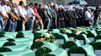 Des musulmans de Bosnie participent, le 20 juillet 2014, aux obsèques de 283 musulmans tués il y a 20 ans à Prijedor, dans le nord-ouest de la Bosnie, et dont les corps ont été retrouvés récemment  [Elvis Barukcic / AFP]