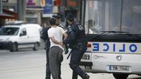 Un homme interpellé lors d'incidents place de la République en marge d'une manifestation propalestinienne le 26 juillet 2014 à Paris [Kenzo Tribouillard / AFP]