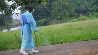 Un membre d'une organisation chrétienne vaporise les abords d'un hôpital de Monrovia, où sont traitées des personnes souffrant d'Ebola, le 24 juillet 2014  [Zoom Dosso  / AFP/Archives]